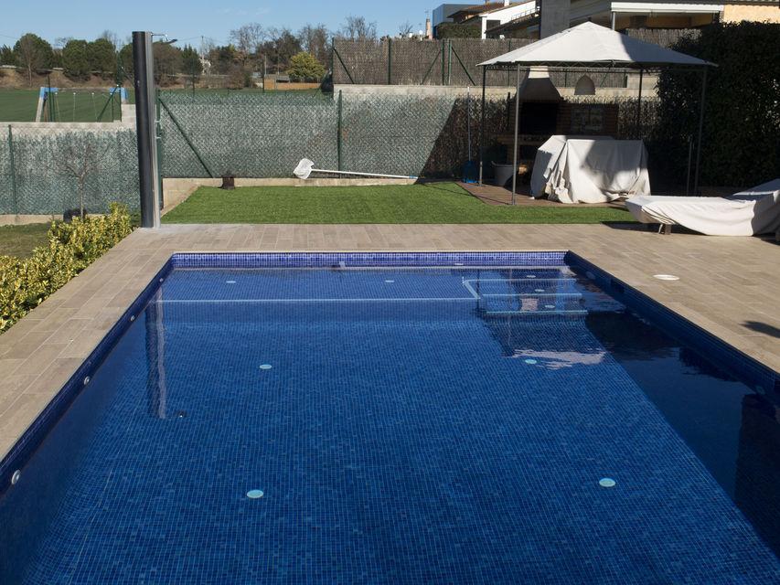 Dise o y construcci n de una piscina en fornells de la for Coste construccion piscina